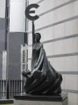 La statue à l'entrée du Parlement européen